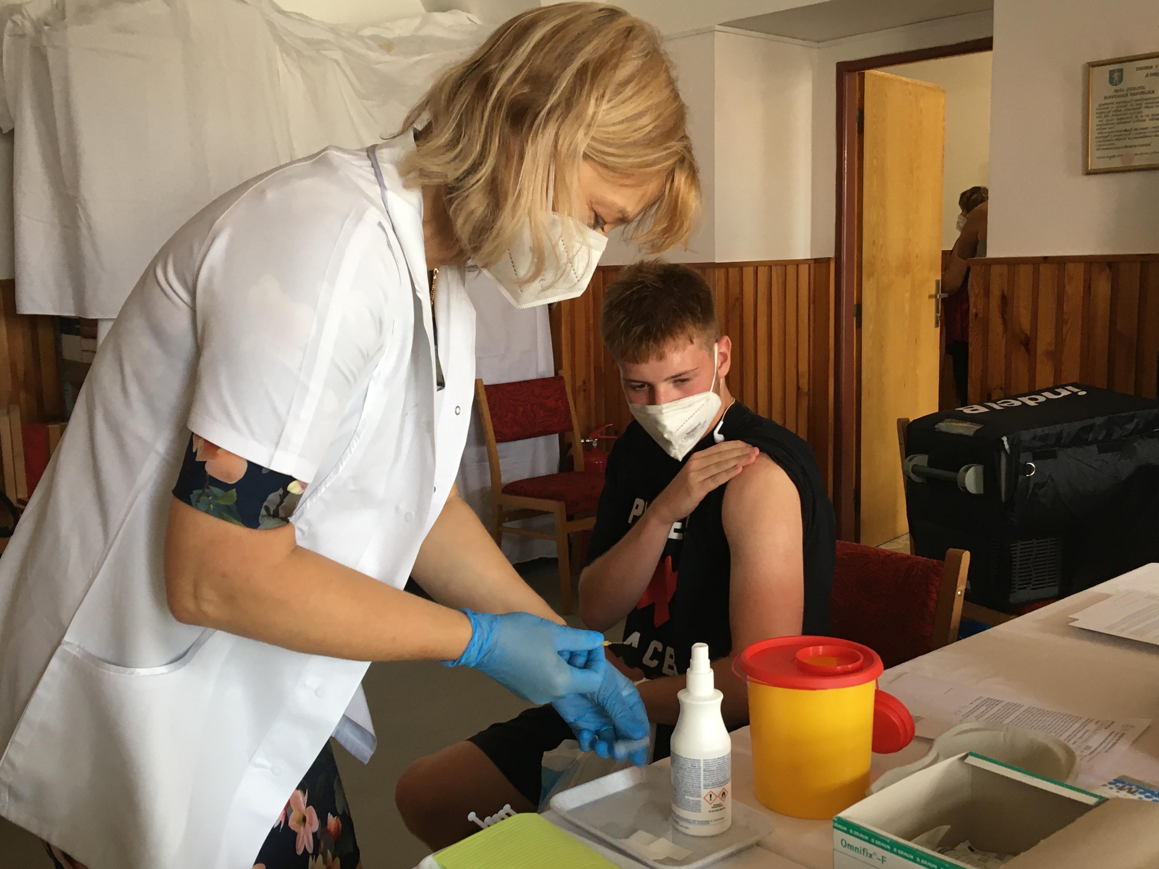 Hlavní sestra Nemocnice Strakonice, a.s. Mgr. Edita Klavíková při očkování v Sedlici.